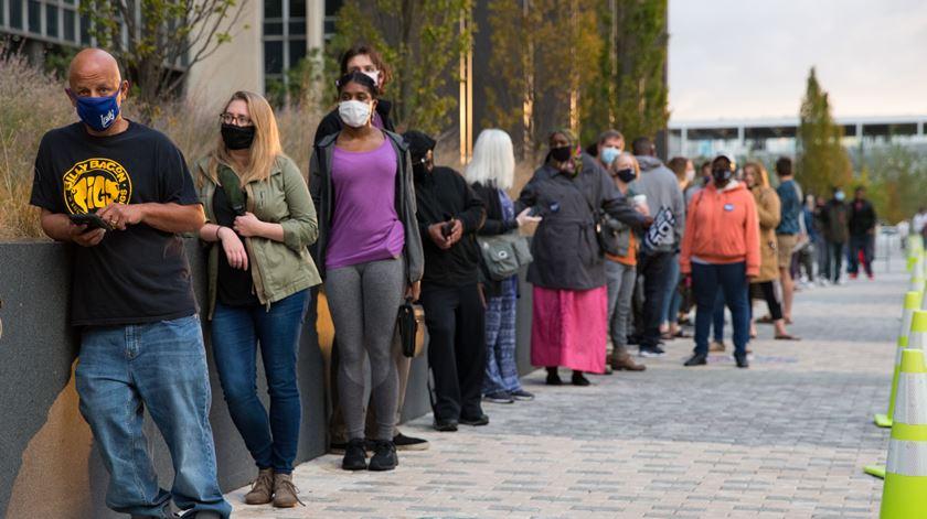 Eleitores esperam na fila para votar antecipadamente nas presidenciais dos EUA em Indianapolis, no estado do Indiana. Foto: Justin Casterline/EPA