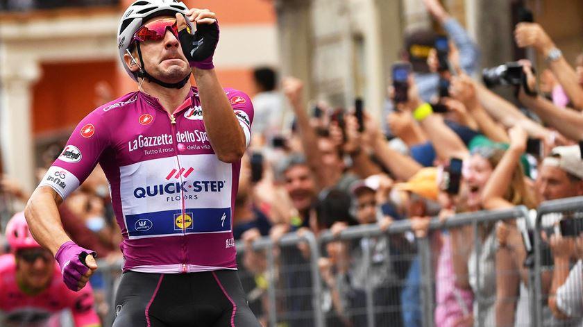 Elia Viviani venceu a 13ª etapa do Giro, a terceira da conta pessoal, nesta edição. Foto: Danuel dal Zennaro/EPA