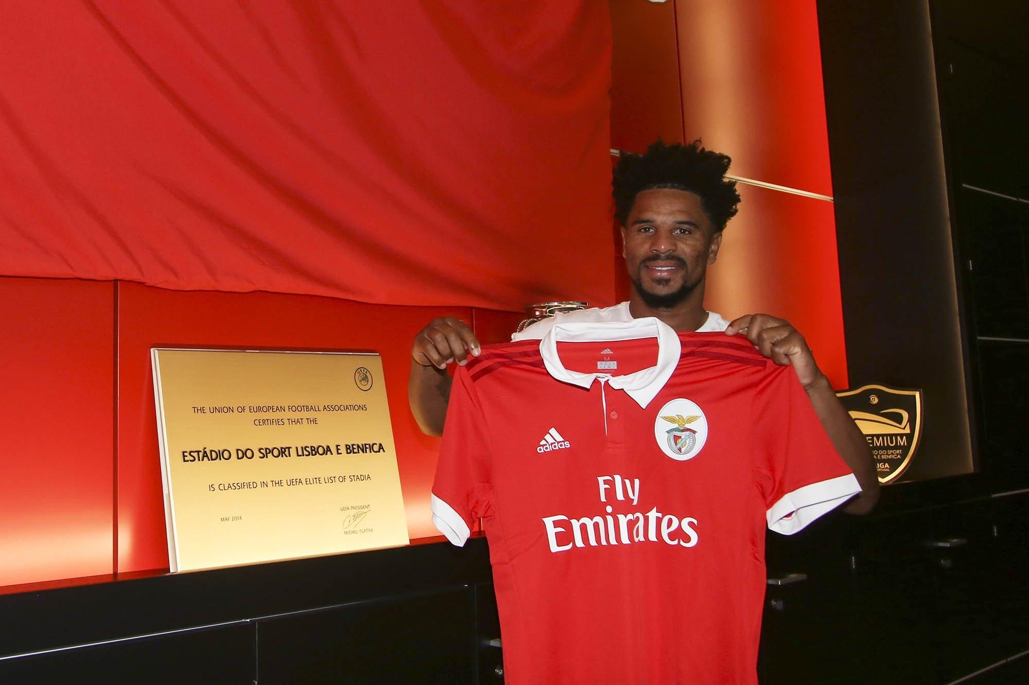 Benfica anuncia renovação de Eliseu por mais uma época