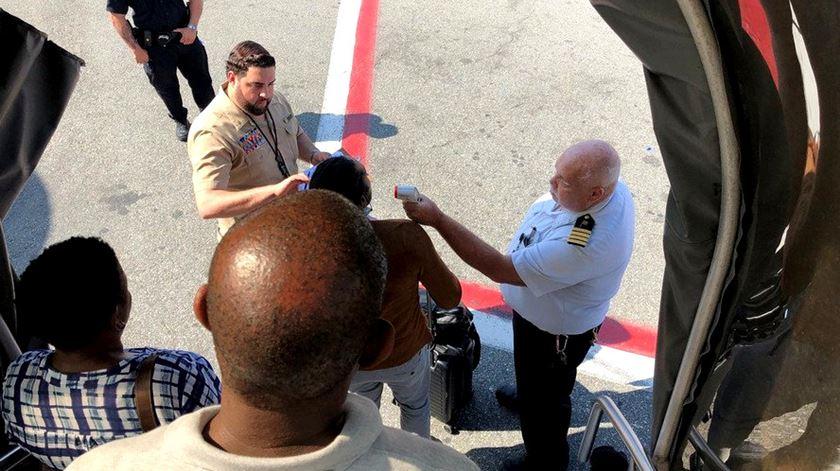Pelo menos dez passageiros de um voo da Emirates chegaram doentes a Nova Iorque