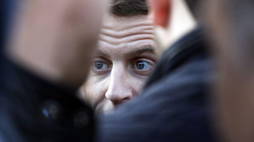 """França. Macron quer reunião entre primeiro-ministro, partidos e """"coletes amarelos"""""""