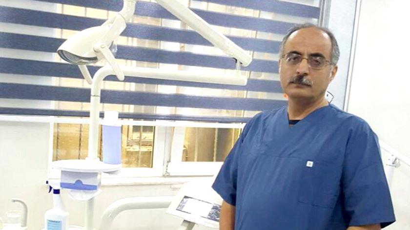 O dentista que fugiu da Síria com um paciente de boca aberta
