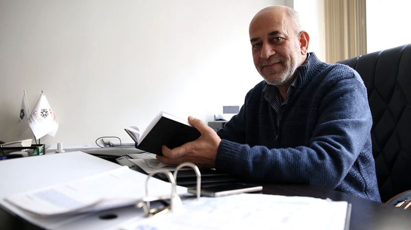 """Ele fez uma """"app"""" para orientar os sírios na Turquia. E dá emprego a 130 jovens"""