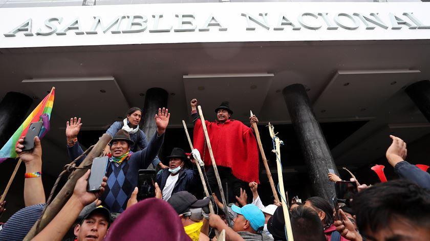 Protestos no Equador. Presidente abandona capital e impõe recolher obrigatório