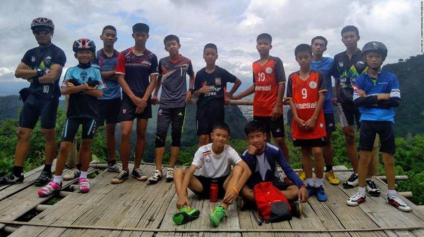 Doze alunos e professor encontrados com vida em gruta na Tailândia