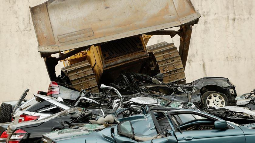 Carros de luxo que fogem aos impostos viram sucata nas Filipinas