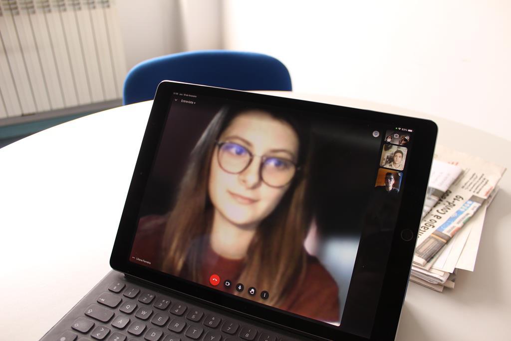 Liliana Ferreira já não pode visitar instituições e tem de partilhar o computador com dois irmãos. Foto: Liliana Carona/RR