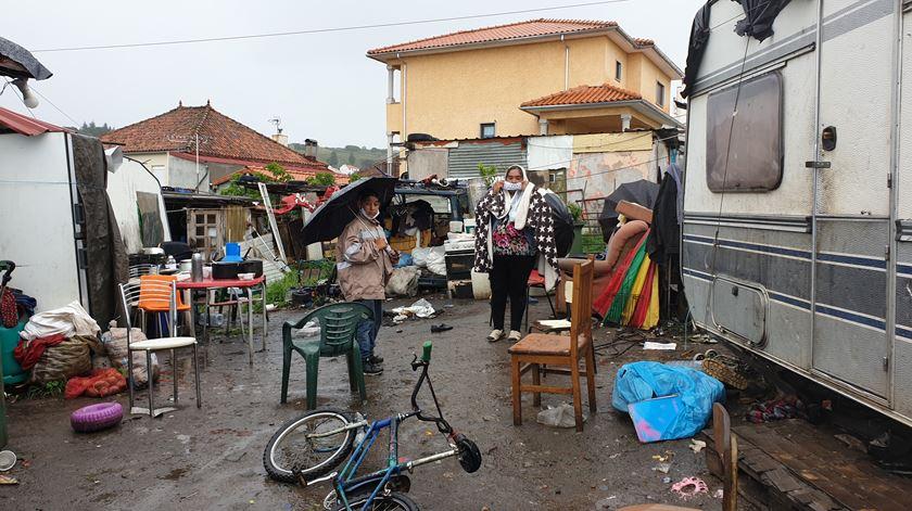 """Comunidade cigana de Bragança optou pelo confinamento voluntário. """"Não temos saído daqui. Temos medo pelas crianças"""", dizem Foto: Olímpia Mairos/RR"""