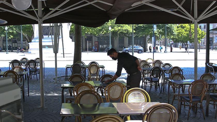 """Restaurantes no Porto reabrem com poucos clientes e """"esperança"""" de que normalidade regresse"""