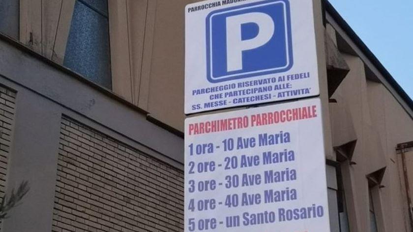 Estacionamento pago com orações em Avezzano, Itália. Foto: DR