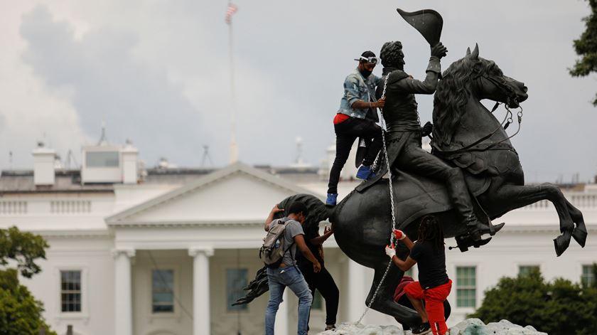 Manifestantes tentam derrubar estátua de antigo presidente dos EUA