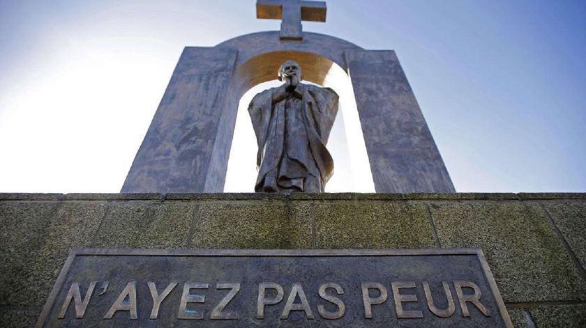 Estátua de João Paulo II, em Ploërmel. Conselho de Estado quer que seja retirada a cruz. Foto: DR