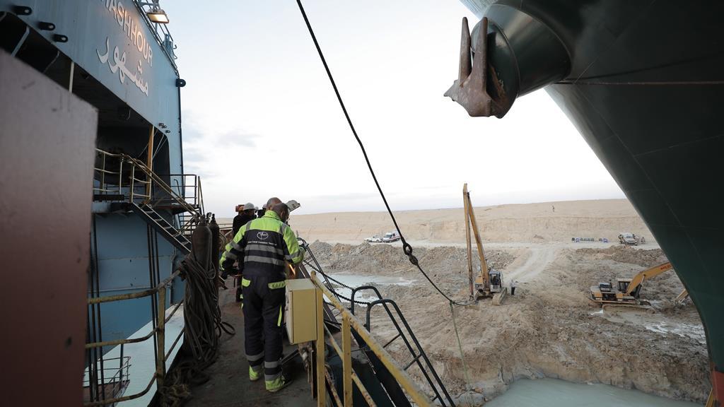 Durante o fim de semana, foi possível desencalhar o leme e as hélices. Foto: Autoridade do Canal do Suez/EPA