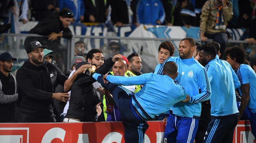 As imagens das agressões entre claques e jogadores do Marselha
