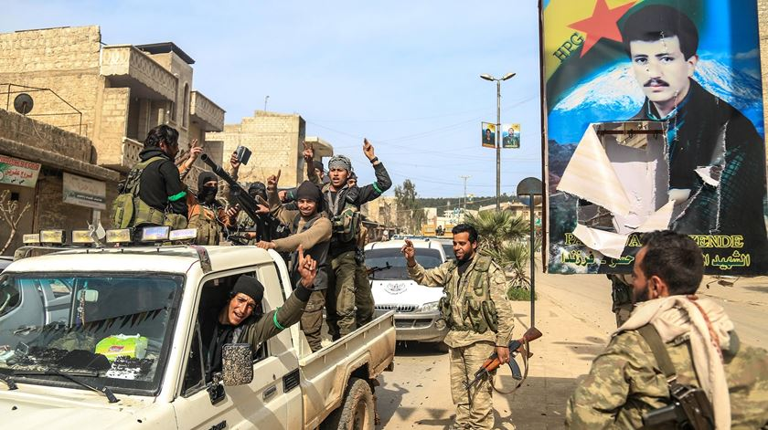 Soldados do Exército Livre da Síria entram em Afrin, com o apoio das Forças Armadas turcas. Foto: EPA