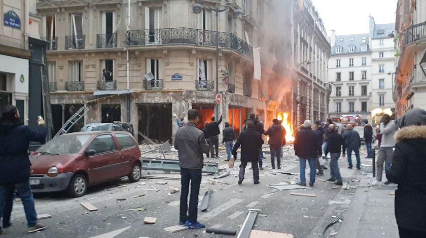 """O momento da """"enorme explosão"""" em Paris visto por empregado do hotel em frente"""