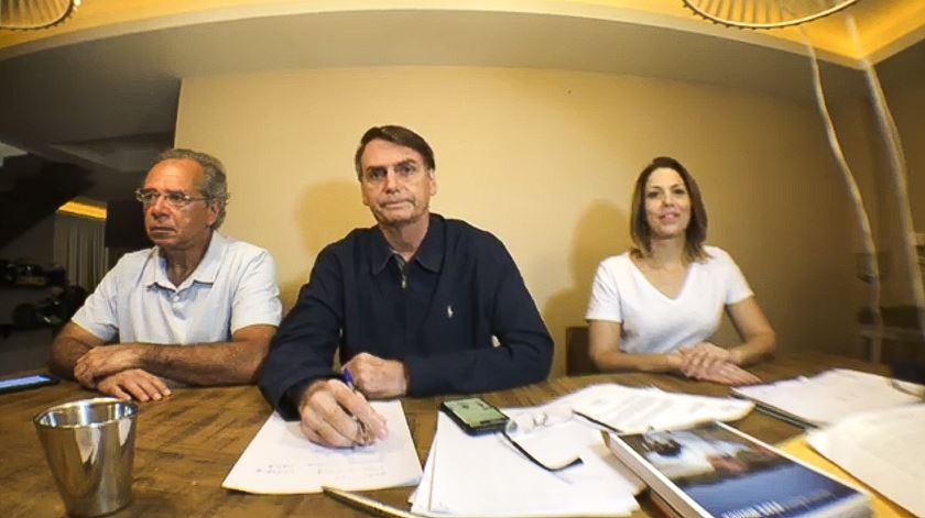 """Numa reação pelo Facebook, Bolsonaro diz que Haddad """"tem muitos milhões"""" para gastar em campanha"""