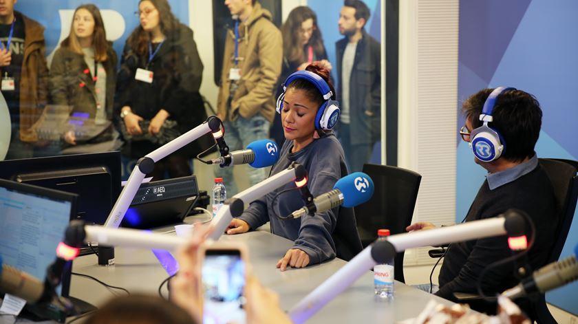 Os fadistas Raquel Tavares e Camané num momento de improviso em estúdio