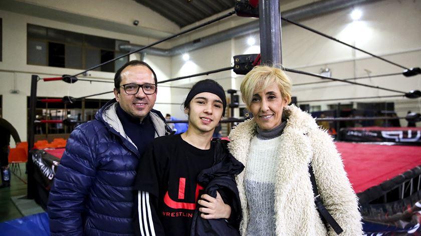 Rodrigo Flor começou a praticar wrestling recentemente. A mãe acha divertido, o pai tem receio que o filho se magoe