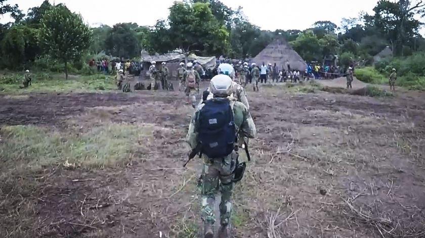 Paraquedistas portugueses vão a aldeia atingida por mortes de causa desconhecida, na República Centro-Africana