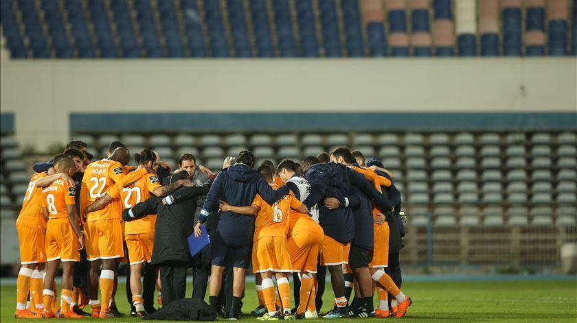 Os jogadores do FC Porto uniram-se após a derrota com o Belenenses, no Restelo. Foto: Manuel de Almeida/Lusa