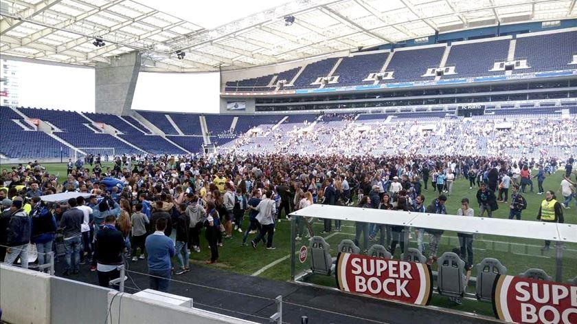 FC Porto. Cinco mil invadem o campo na hora da despedida