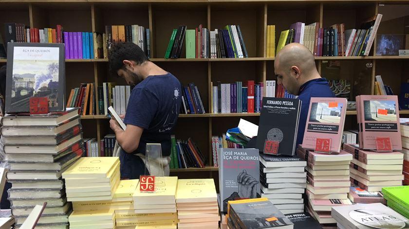 Portugueses costumam ler um livro por ano