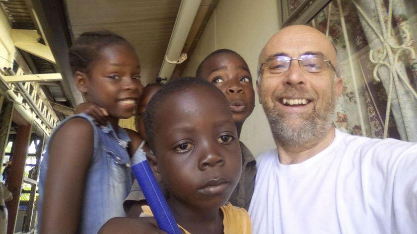 Frei Fernando Ventura com crianças da ilha do Príncipe. Foto: DR