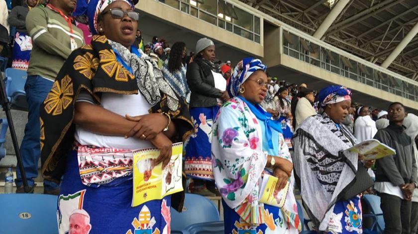 Fiéis no estádio de Zimpeto em Moçambique. Foto: Aura Miguel/RR