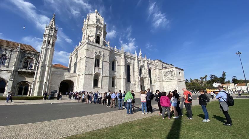 """Turistas continuam a fazer fila nos Jerónimos apesar do coronavírus. """"Há vírus todos os dias"""""""