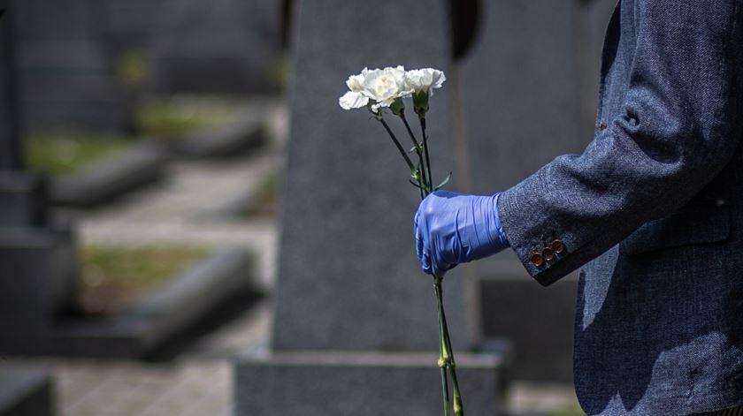 Dia de Todos os Santos. Câmaras alargam horários dos cemitérios, reduzem lotação e contratam polícia para fiscalizar