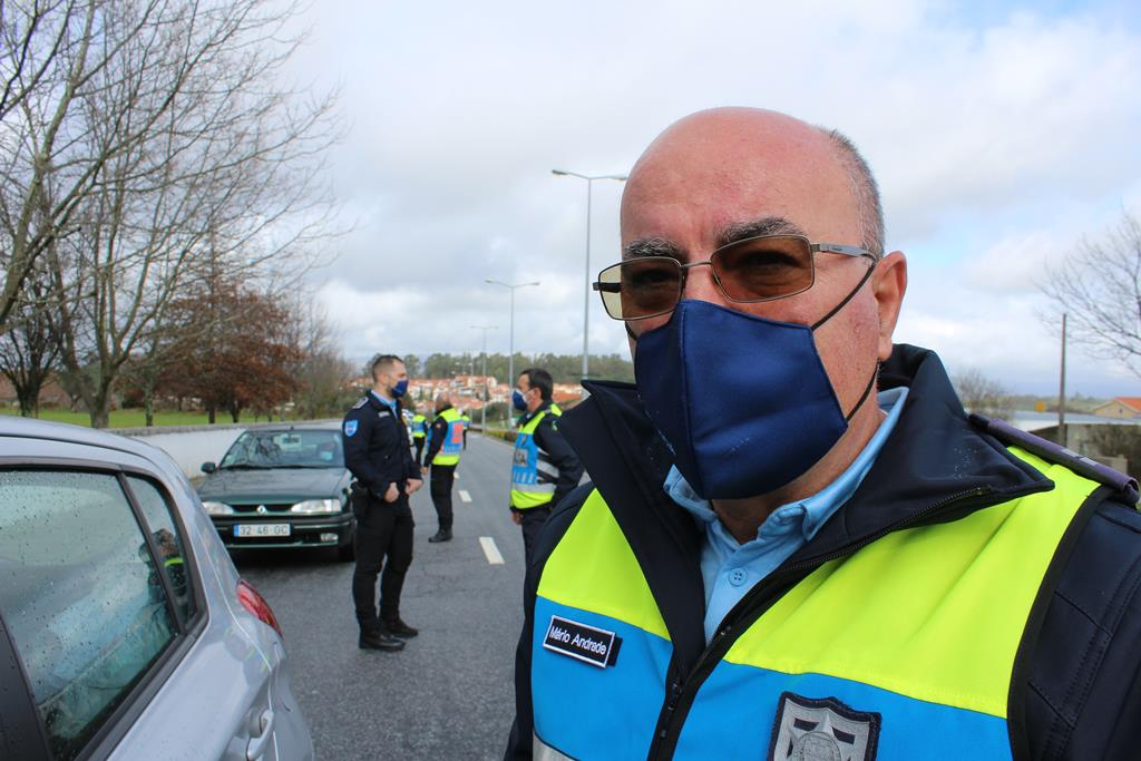 Agente da PSP faz fiscalização de trânsito. Foto: Liliana Carona/RR