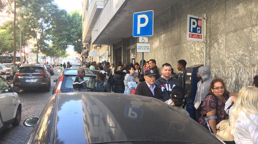 Filas intermináveis levam utentes a pernoitar à porta do IMT em Lisboa