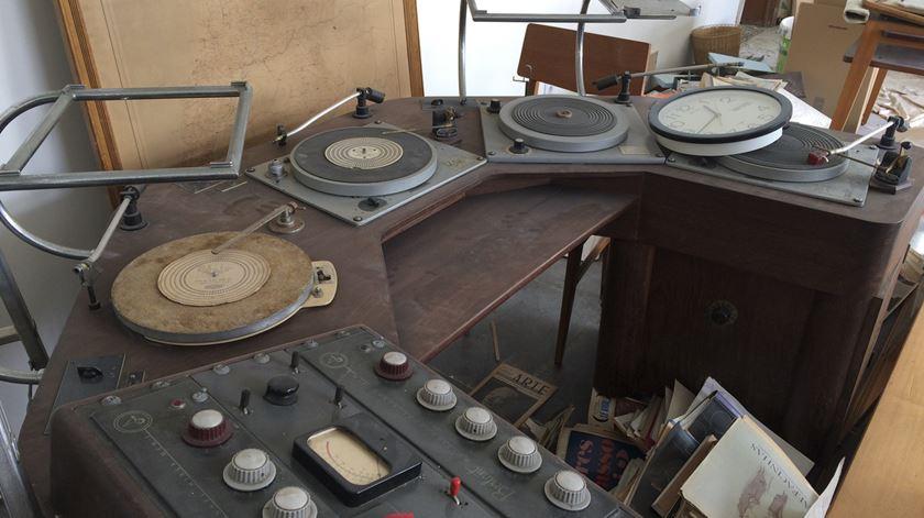 Mesa de mistura com gira-discos, do estúdio da casa de Igrejas Caeiro Foto: João Cunha/RR