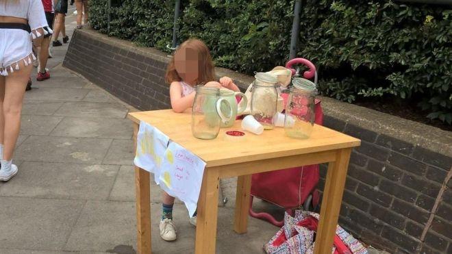 Londres. Criança de cinco anos multada por vender limonada na rua