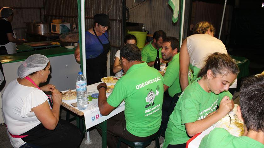 Frango estufado com arroz? Se comer em Tondela estará ajudar as vítimas dos incêndios