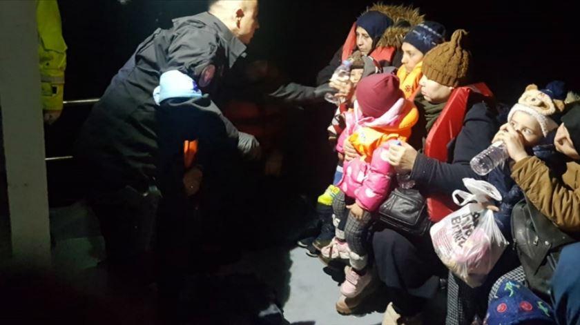 Polícia Marítima resgata 27 migrantes na Grécia. Onze são crianças