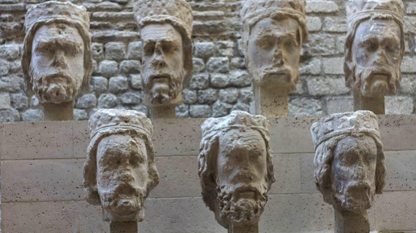 Cabeças decapitadas às estátuas durante a Revolução francesa. Foto: Wikimedia.