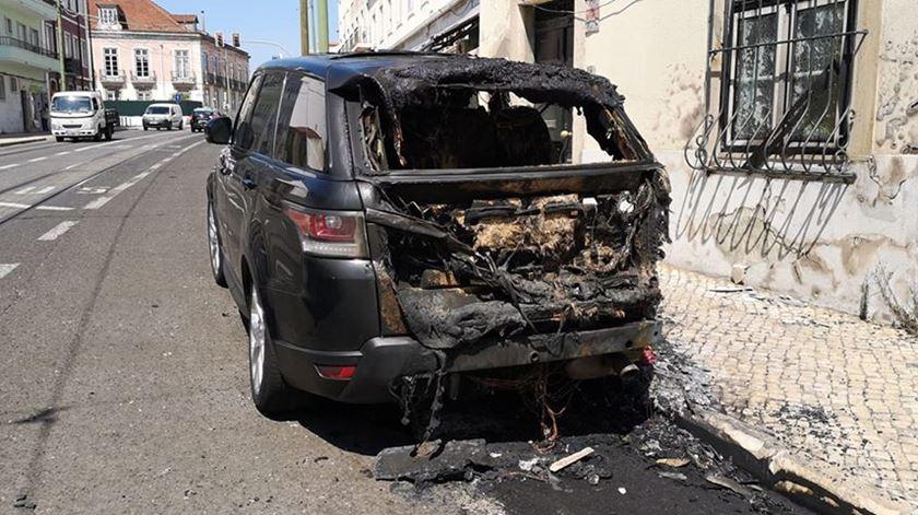 Estava em prisão domiciliária mas incendiou seis carros em Alcântara