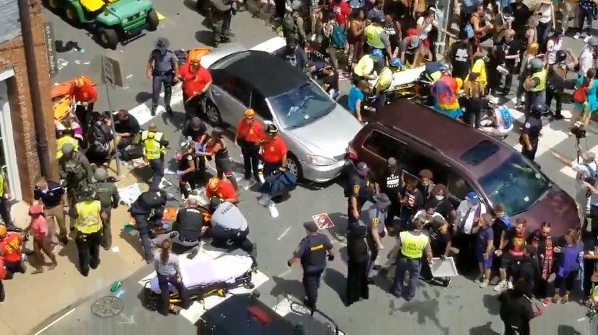 Carro atropela multidão em violenta manifestação nacionalista nos EUA
