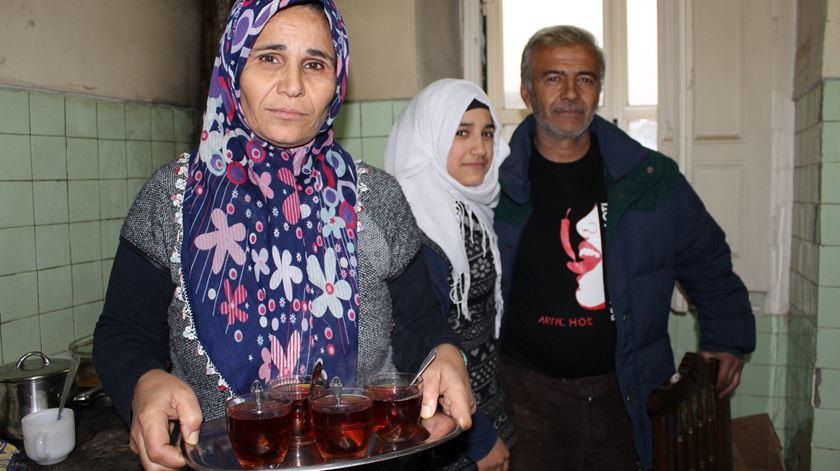Família Abdulsalam, em Vila Nova de Tazem, tem sempre o que oferecer aos convidados. Foto: Liliana Carona/RR
