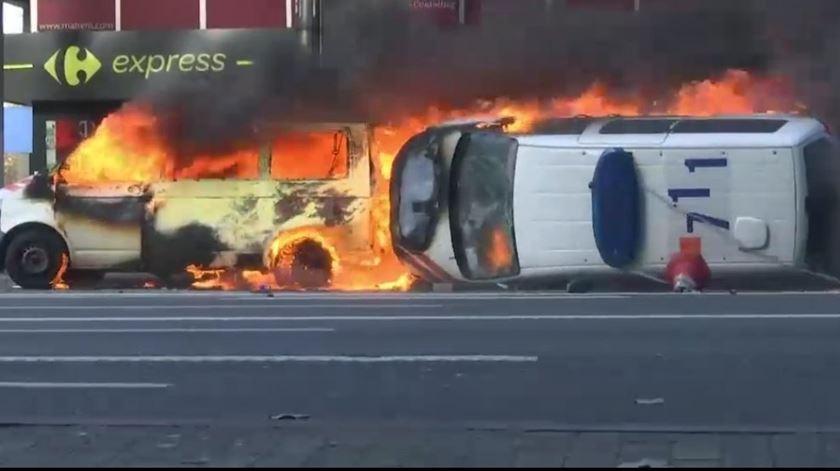 """Confrontos e carros destruídos. """"Coletes amarelos"""" chegam a Bruxelas com violência"""
