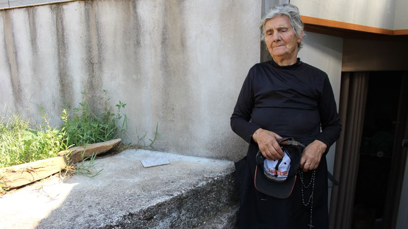 Maria espera pelo telefone. Foto: Liliana Carona/RR