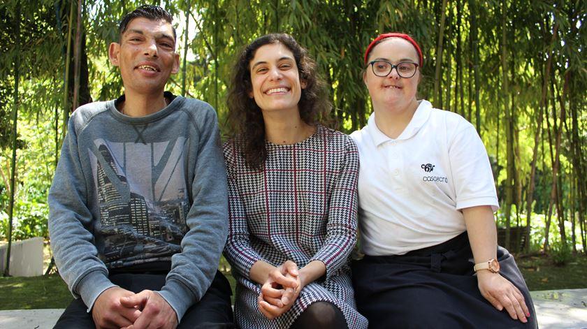 Delfim, Aline e Mónica posam para a fotografia. Foto: Liliana Carona/RR