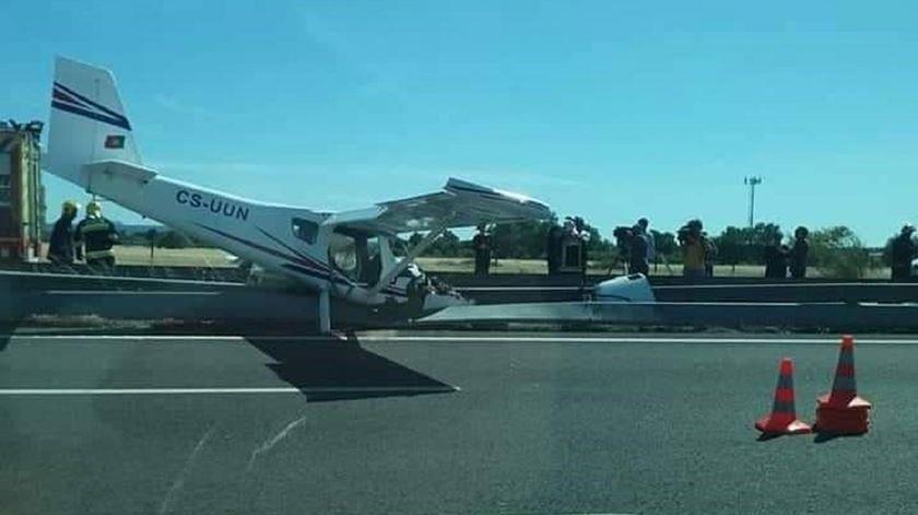 Aeronave que aterrou de emergência na A12. Foto enviada por leitor
