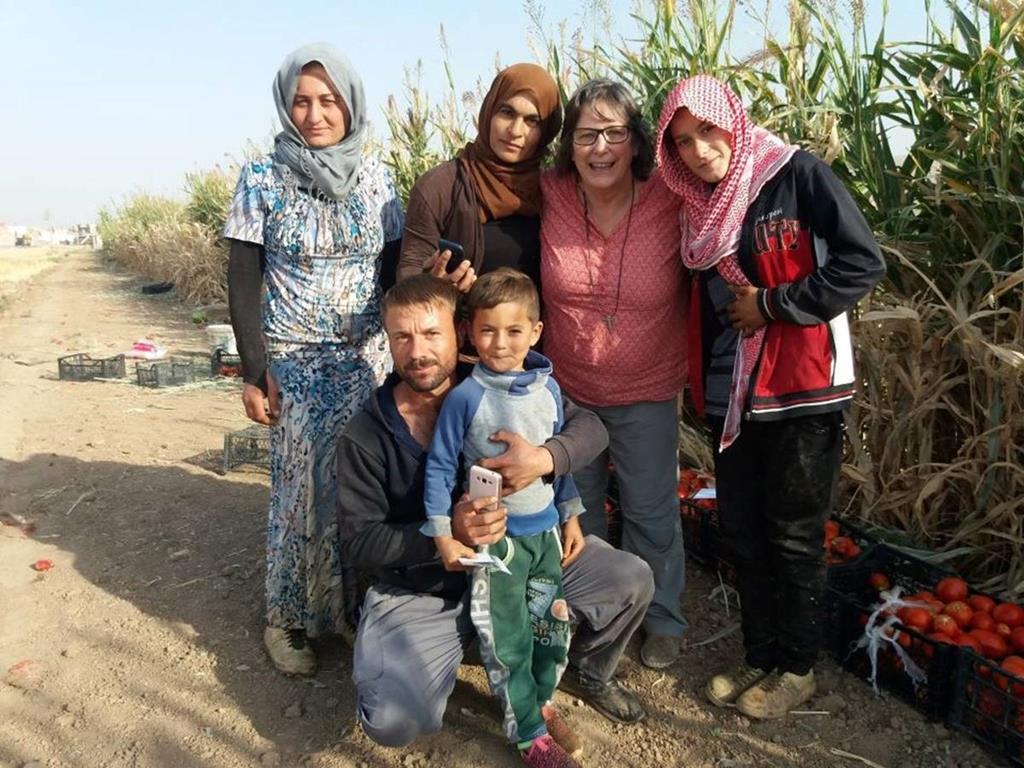 Irmã Irene Guia com um grupo de refugiados durante uma das suas missões