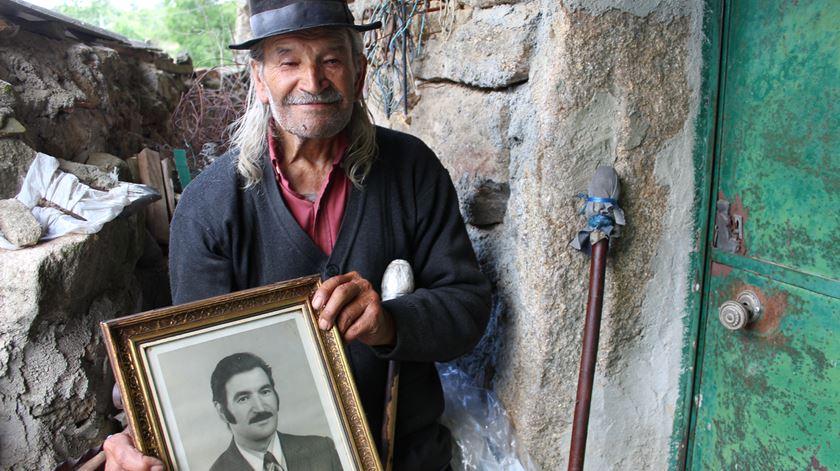 """José Aguiar fica """"sempre a olhar para o caminho"""" à espera que Helena chegue. Foto: Liliana Carona/RR"""