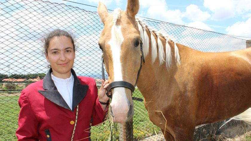 Mariana Reis tem 18 anos e participa com o seu cavalo na romaria de quatro dias. Foto: Liliana Carona/RR