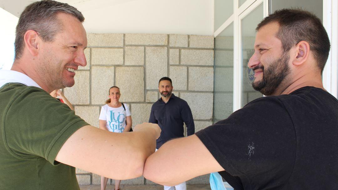 Presidente da Junta de Tortosendo com Joaquim Cardoso, cigano e pastor evangélico. Foto: Liliana Carona/RR
