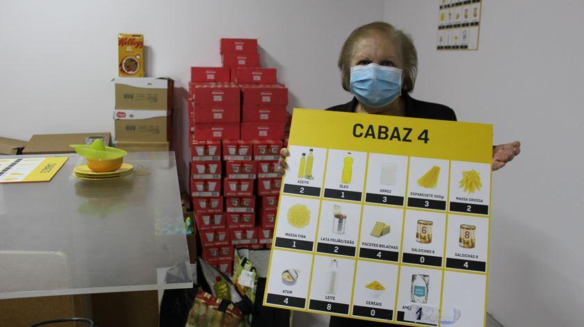 A voluntária Maria Odete é responsável por organizar os cabazes que são distribuídos mensalmente